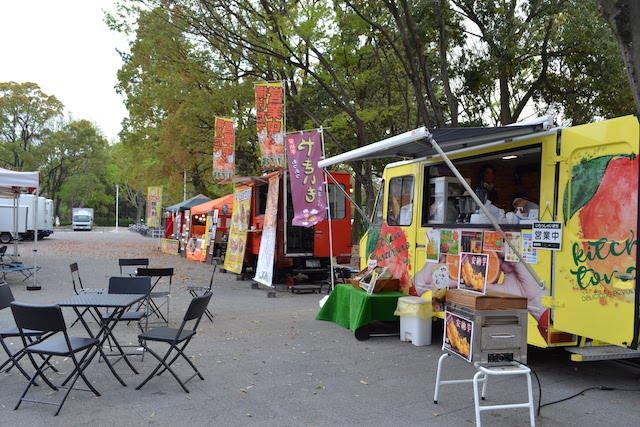 「tonarino」前広場で営業しているカラフルな飲食の移動販売車