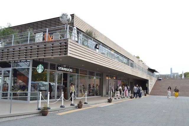 カフェやランニング用品専門店、ランナー向けシャワールームが入っている「tonarino」