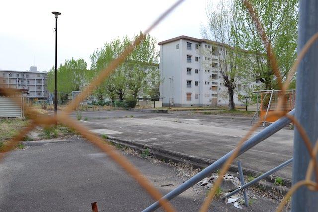 住人がいなくなりフェンスで封鎖された旧合同宿舎城北住宅
