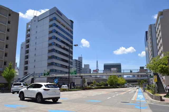 アスファルトではなくコンクリート舗装が目新しい高岳駅周辺の桜通