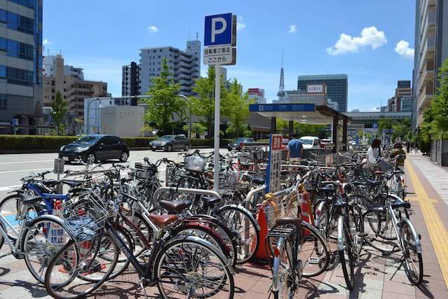 自転車置場に収まりきれない自転車に無造作に囲まれた高岳駅2番出入口