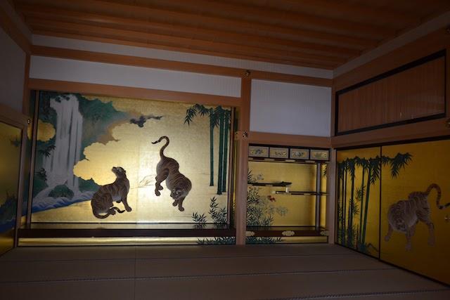 名古屋城本丸御殿の玄関一之間に描かれたふすま絵「竹林豹虎図」