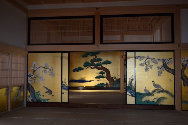 武家の正殿として使用された表書院広間に描かれたふすま絵「松竹禽鳥図」