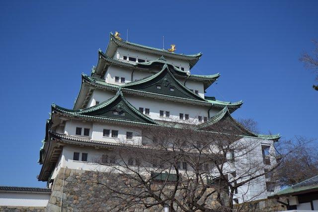 屋根上に2匹の金鯱が光る名古屋城天守閣