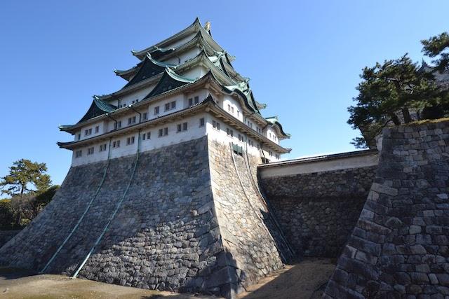 約20mの高さに積み上げられた天守台の石垣が特徴の名古屋城天守閣