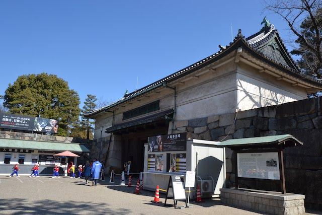 旧江戸城の蓮池御門を移築し大戦後に再建された名古屋城正門