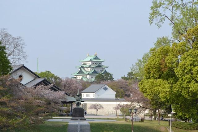 名古屋城能楽堂前の加藤清正像と名古屋城天守閣