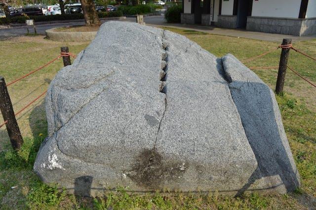 加藤清正像の隣に展示されている「篠島の矢穴石」