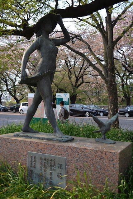 名古屋城正門前、名古屋陸軍病院の跡地を記す平和祈念像「深緑」