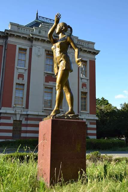 名古屋市市政資料館正面で向かい合う2体のブロンズ像、山本眞輔作「風薫る」