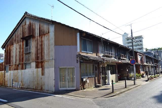 名古屋市市政資料館そばの司法書士事務所が多く入居しているトタン長屋