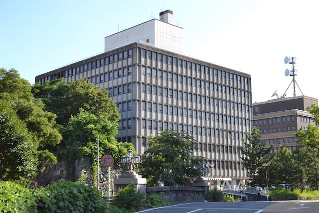 清水橋の南西に建つ愛知県庁東大手庁舎