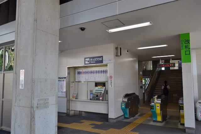 地上改札階からホームまで車椅子対応エレベーターが整備されバリアフリー化した尼ケ坂駅