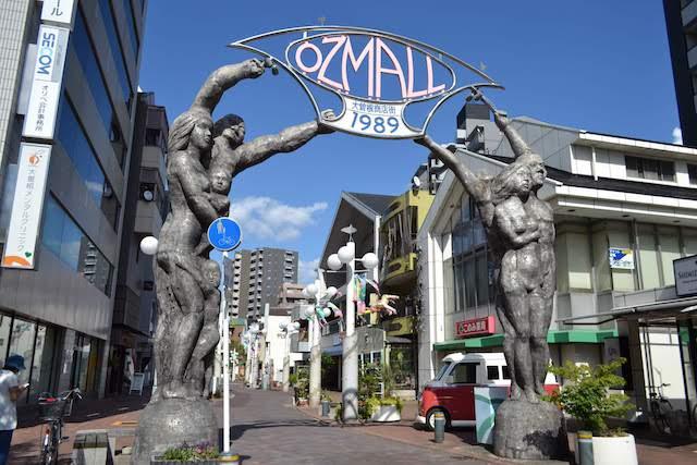 森下駅近くにある大曽根商店街「OZ MALL」入口モニュメント、通称「どえりゃあ門」