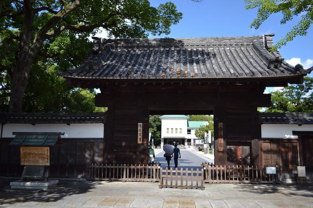 戦災を逃れ登録有形文化財に指定された徳川園「黒門」まで森下駅から徒歩10分