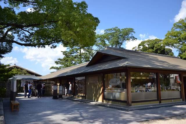 地元名産品などが買える「徳川園ショップ葵」の奥が徳川園の庭園入口