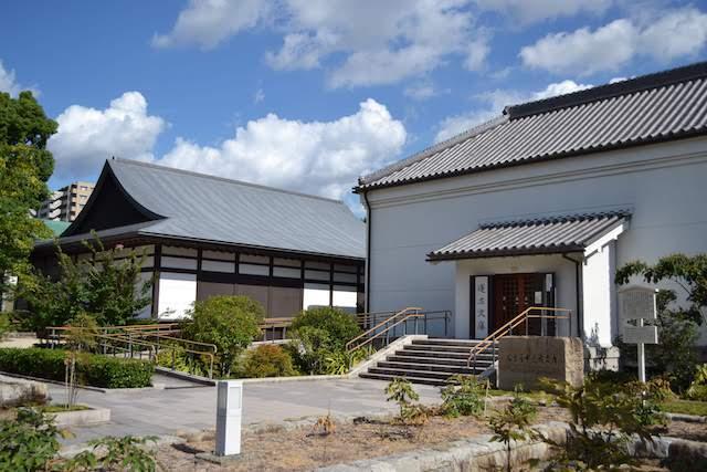 徳川美術館の館内からつながっている蓬左文庫の展示室(左)