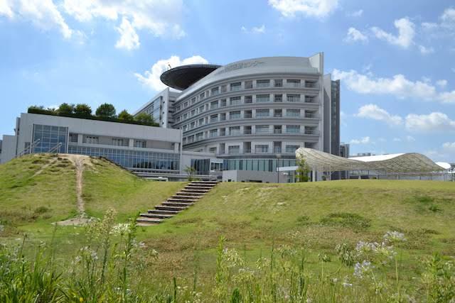 名古屋市立西部医療センターに隣接する芝生広場と周回歩道「ウェルネスガーデン」