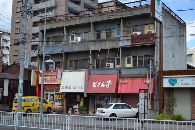 懐かしの昭和のラーメンチェーン店「どさん子上飯田店」が入る年季の入った雑居ビル