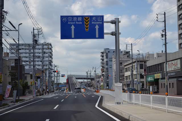 上飯田駅北側で矢田川を渡り名鉄小牧線と並行して犬山へ向かう道路