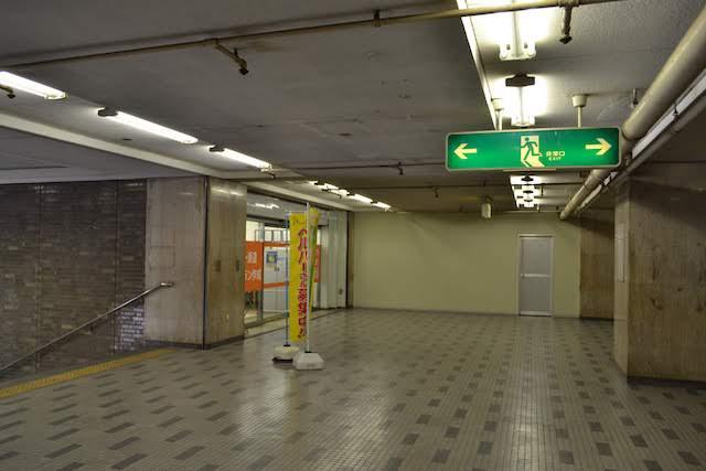 「名鉄上飯田ビル」内の2階、旧上飯田駅コンコース跡(閉鎖された正面が改札・ホーム)