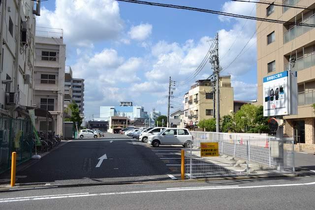いまは駐車場となっている、旧上飯田駅と矢田川を結ぶ盛土が通っていた名鉄小牧線の廃線跡