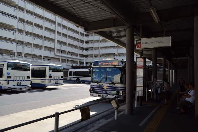 市営住宅の中庭がバスプールとなっている上飯田バスターミナル