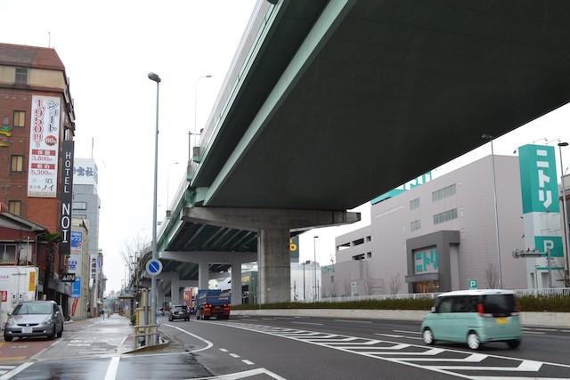 ウインズ名古屋前の幹線道路沿いには「ニトリ」「スポーツデポ」など大型専門店が建つ