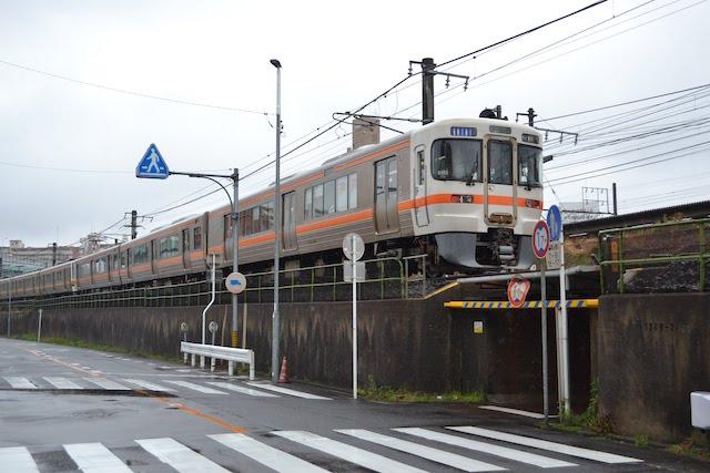 尾頭橋駅から名古屋駅方向にあるガード下通路の上を走る中央本線の電車