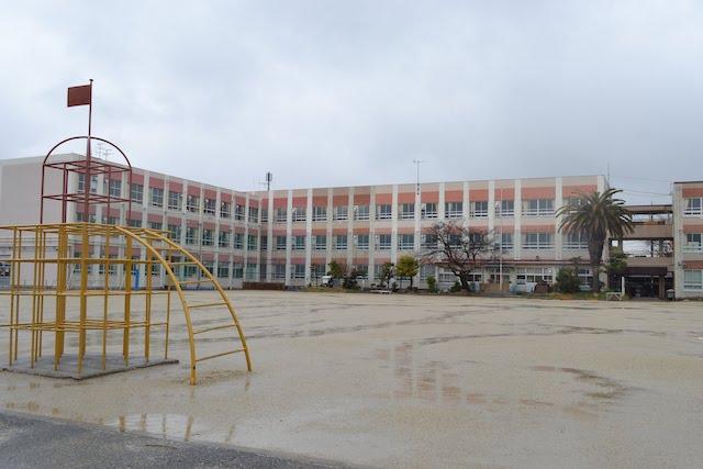 露橋公園北側にある露橋小学校