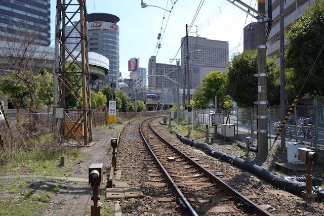 福島駅へ向かう単線の東海道支線、現在地下化工事中