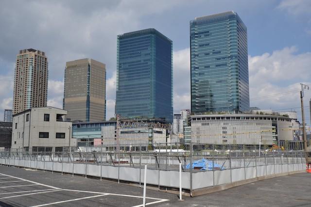 グランフロント大阪(右から南館タワーA、北館タワーB・C、マンション棟オーナーズタワー)