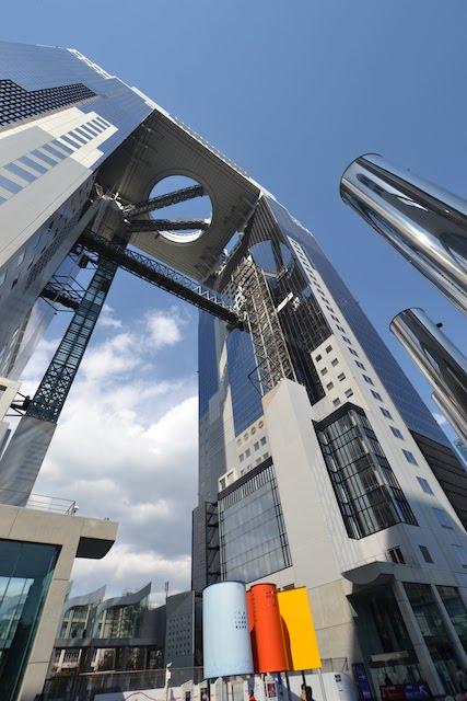 2つの高層ビルが空中庭園で連結されている特徴的な構造の梅田スカイビル