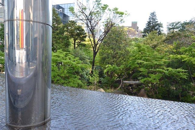 新梅田シティの中心に整備された、樹木の生い茂りせせらぎが流れる「中自然の森」