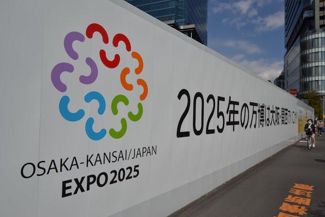 うめきた暫定歩行者通路に掲げられていた「大阪・関西万博」の誘致看板(2018年7月撮影)