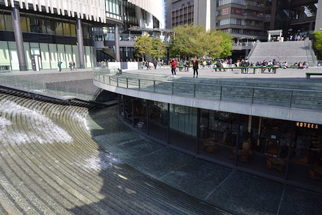 水が流れる「うめきた広場」地下にあるグランフロント大阪の飲食ゾーン