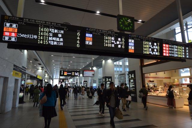 大阪駅連絡橋口コンコースの発車案内板