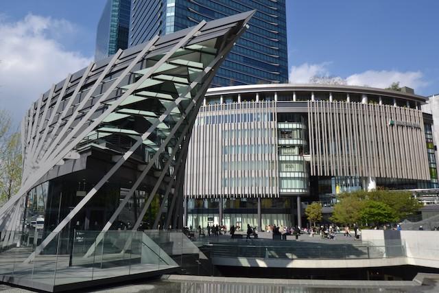 「うめきたSHIPホール」越しに見るグランフロント大阪南館