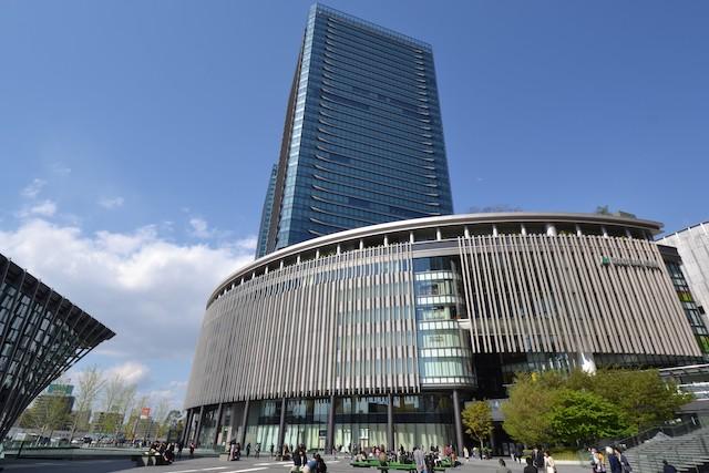 低層部に専門店やレストラン、高層部にオフィスが入るグランフロント大阪南館