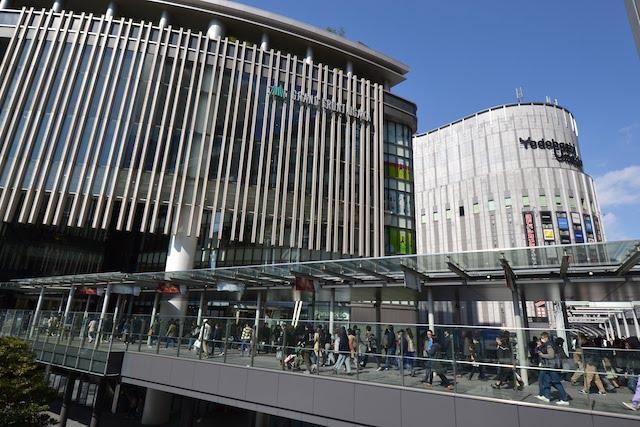 大阪駅からグランフロント大阪、ヨドバシ梅田へと通じる連絡通路
