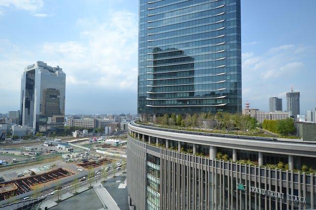 グランフロント大阪南館とほとんど更地化された旧梅田貨物駅、その向こうの梅田スカイビル