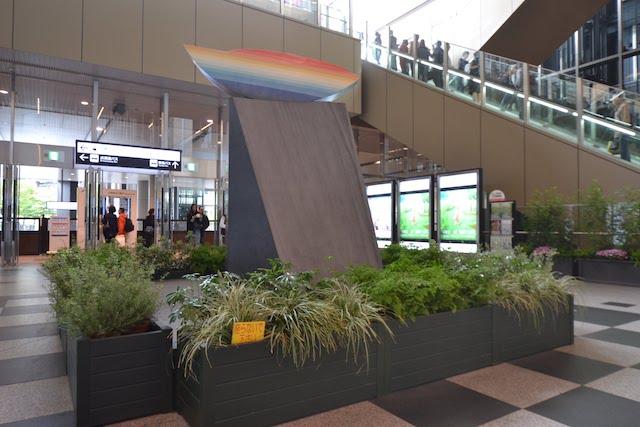 大阪駅中央北口「暁(あかつき)の広場」に設置された會田雄亮作モニュメント「暁に立つ」