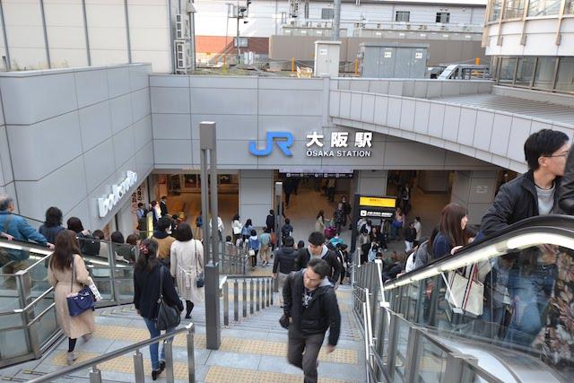 大阪駅御堂筋北口と阪急梅田駅方面への連絡通路とを結ぶ階段
