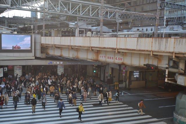 かつて歩行者信号に待ち時間表示があることで有名だった大阪駅と阪急百貨店間の横断歩道