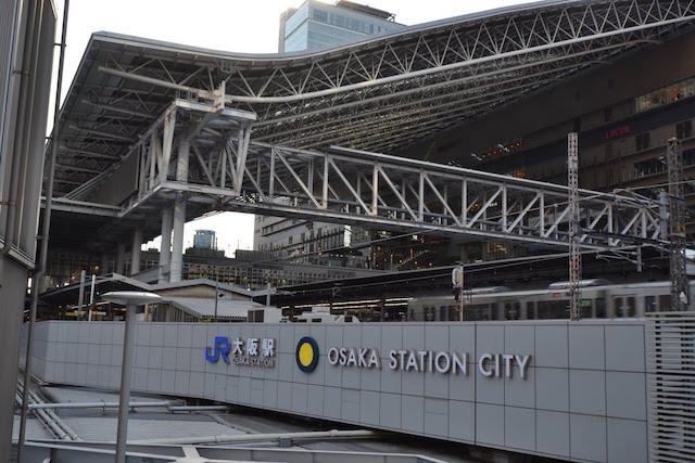 「大阪ステーションシティ」ロゴとホーム上の大屋根で様相を一新した大阪駅