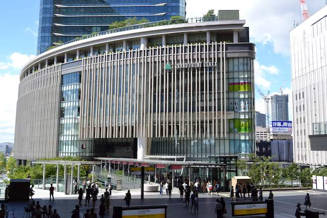 大阪駅ノースゲートビル2階「アトリウム広場」からグランフロント大阪南館へ通じる連絡通路