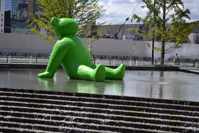 「うめきた広場」に展示されていた緑色のクマのアート「テッド・イベール」(2018年7月撮影)