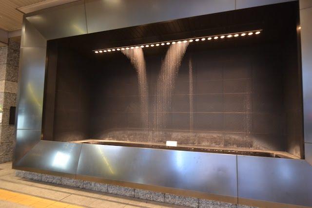 大阪駅中央南口「南ゲート広場」に設置された「水の時計」