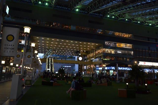夜間は光の演出により幻想的な雰囲気となる大阪駅「時空の広場」