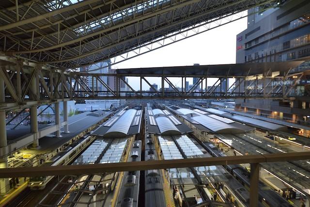 連絡橋から西方に眺める大阪駅ホームと大屋根(中央に近い部分がガラス製ホーム上屋)